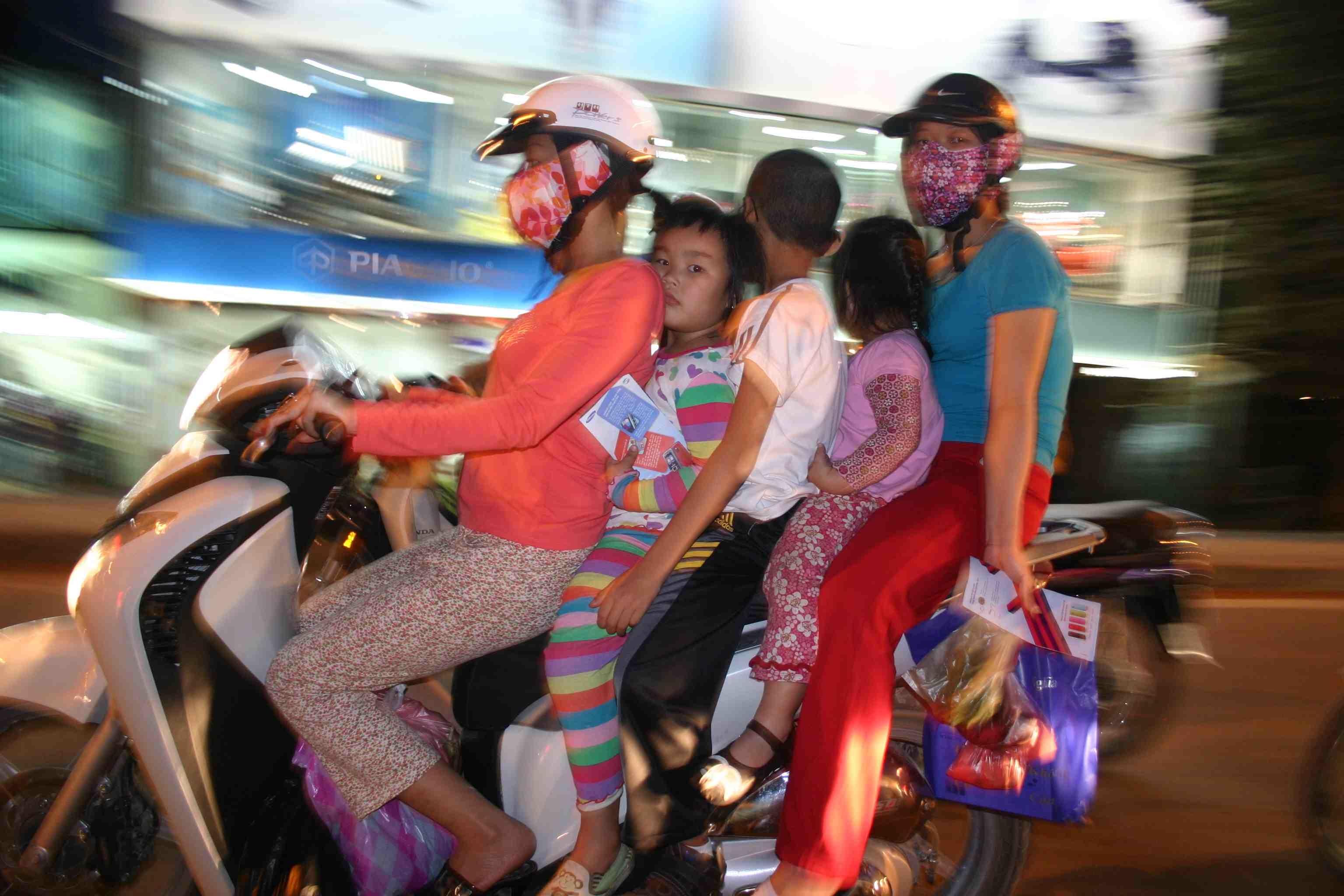 Vietnam: Familie in Hanoi am Rande der Altstadt auf Moped