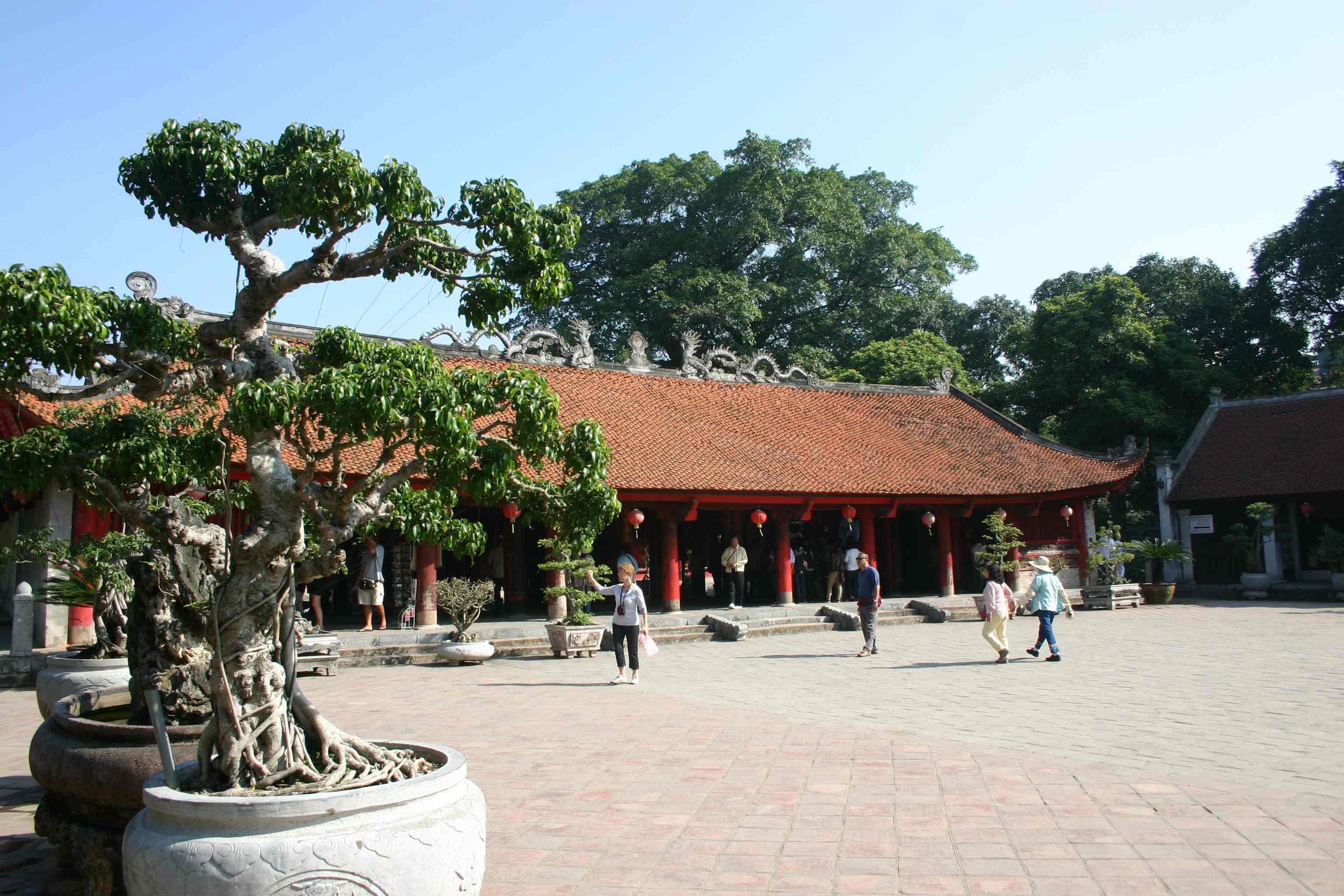 Literaturtempel Hanoi, eines der Gebäude mit Bonsai im Hof