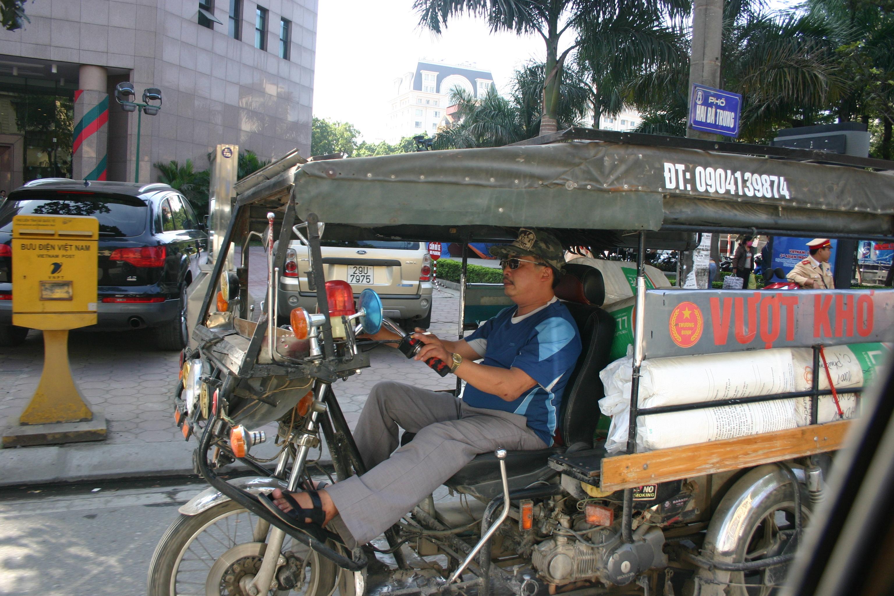 Transporter auf zwei Rädern, in Hanoi strampelt eine Fahrer in die Pedale seines Transportfahrrads