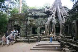 Angkor-Ta Prohm: Chinesische Touristin posiert vor dem Dschungel-Tempel in Siem Reap