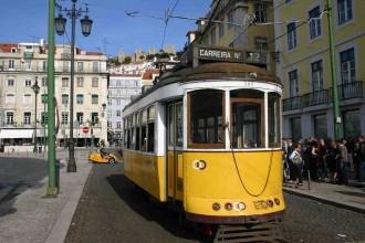 Baixio, die neue Altstadt, erschaffen von pombal, hier die moderne Carreira#12, Straßenbahn im Hintergrund Blick zur festung von Lissabon, Foto: Niedermeier
