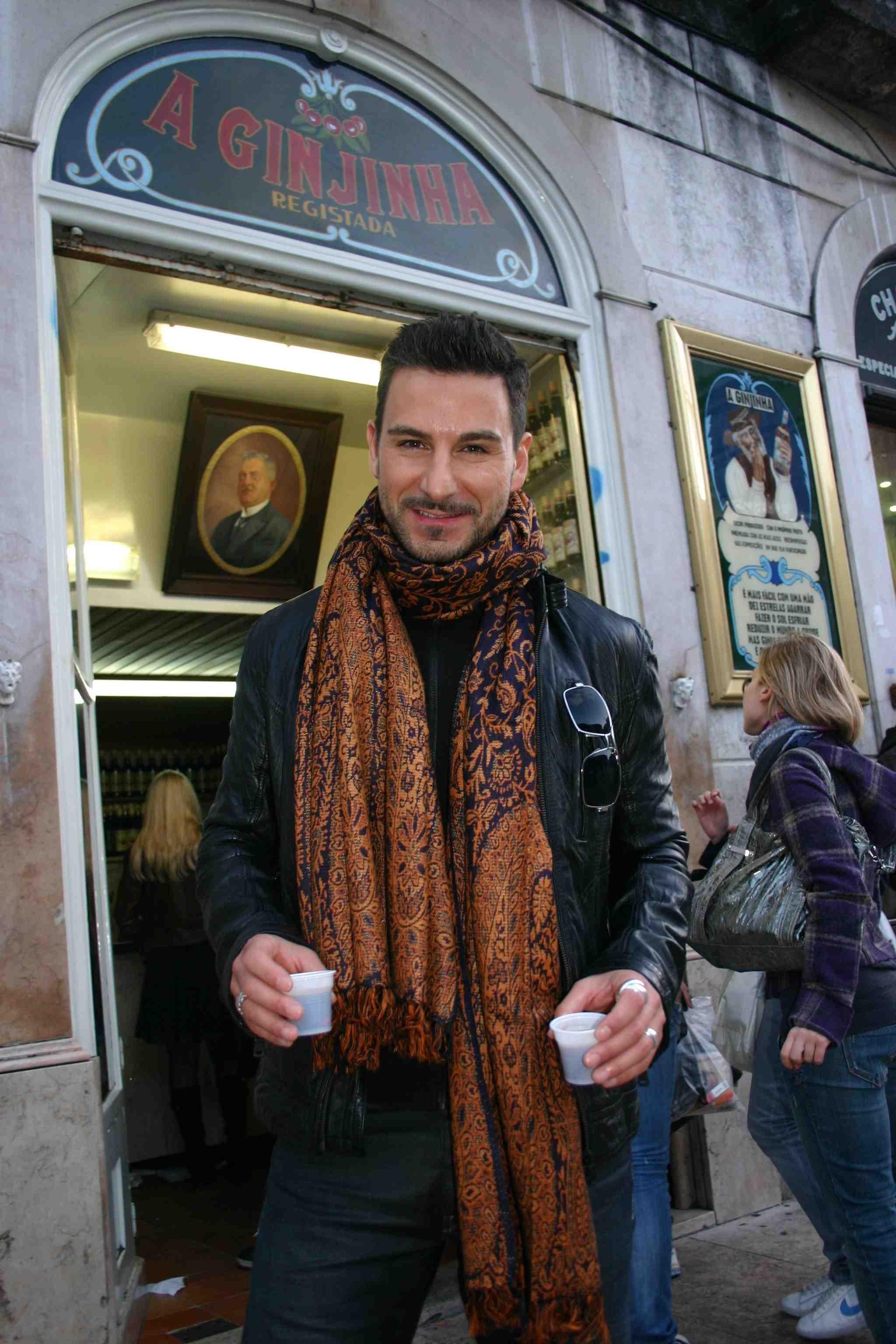 Lissabon in Portugal: Vor der Mini-Bar A Ginjinha reicht der Berliner Sänger einen Kirschlikör im Plastikbecher weiter