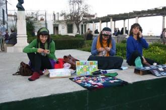 Kunst als Souvenirs bei Santa Luzia, junge Künstlerinnen verkaufen Selbstgesticktes