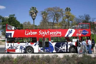 Sightseeing-Bus am Königshügel, in der Nähe der Staute von Pombal