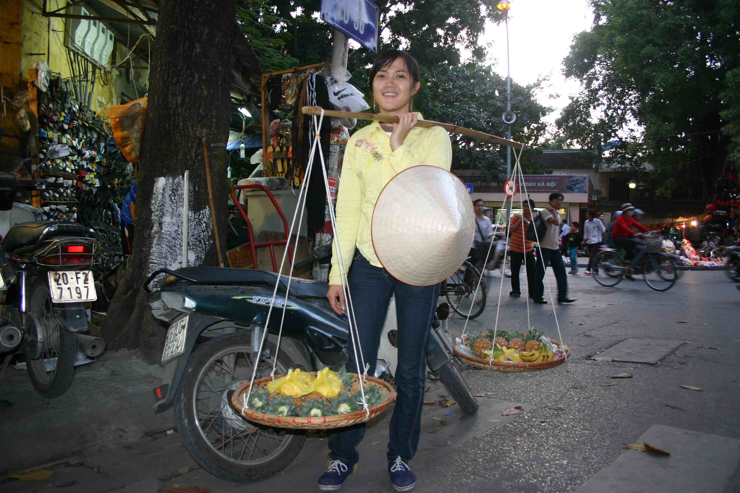 Obstverkäuferin Van ist wegen den Neujahrsvorbereitungen in Hanoi