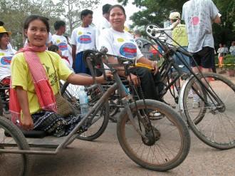 Auch Minenopfernehmen am Angkor Wat Halbmarathon in kambodschanischen Siem Reap mit Hilfe ihre robusten Rollstuhl-Rennvehikel teil