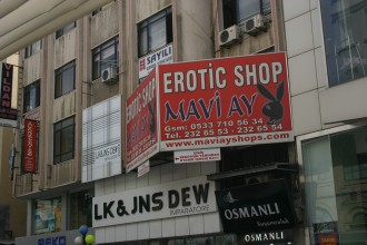 Männer unter sich in Mersin: auch im vermeintlich heterosexuellen Erotic-Shop gibt es Homosex