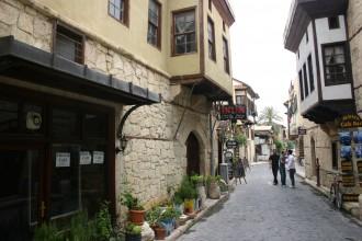 Gastronomie-Viertel in der Altstadt von Tarsus, Holzhäuser bestimmen das Bild, zwei Männer begrüßen sich mit einem Kuss