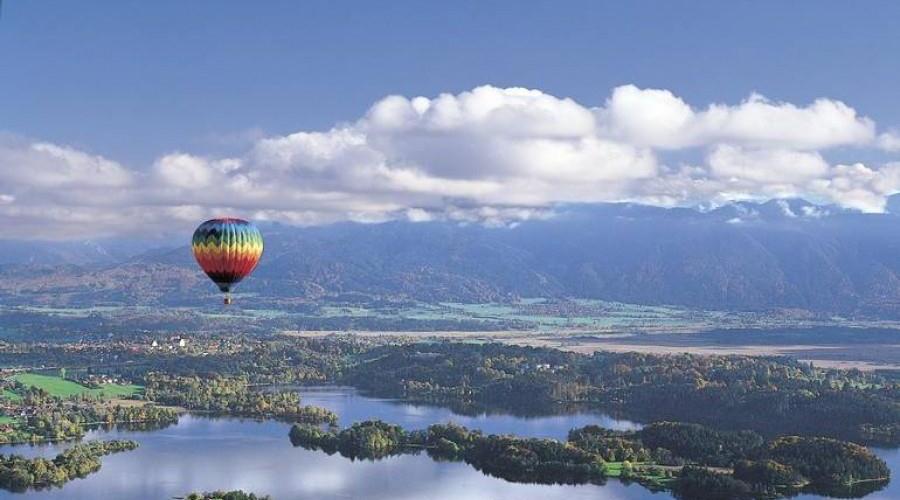 Balon fährt über die Zugspitz-Region