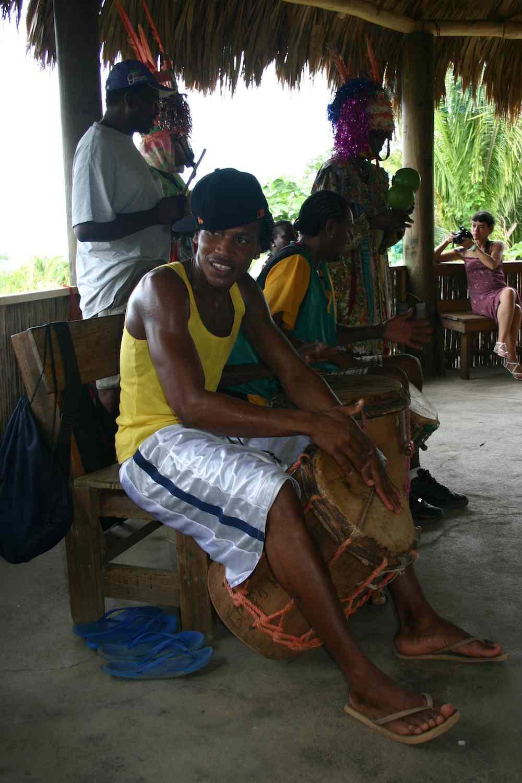 Garifuna-Trommler in einem Freilicht-Museum auf Roatán