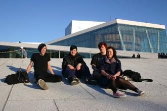 Oslo: Jugendliche posieren 2010 für Journalisten vor der Neuen Oper