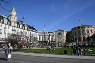 Oslo: Im Grand Hotel übernachten traditionell die Friedensnobelpreisträger, rechts wehen über dem Parlament  die Farben Norwegens