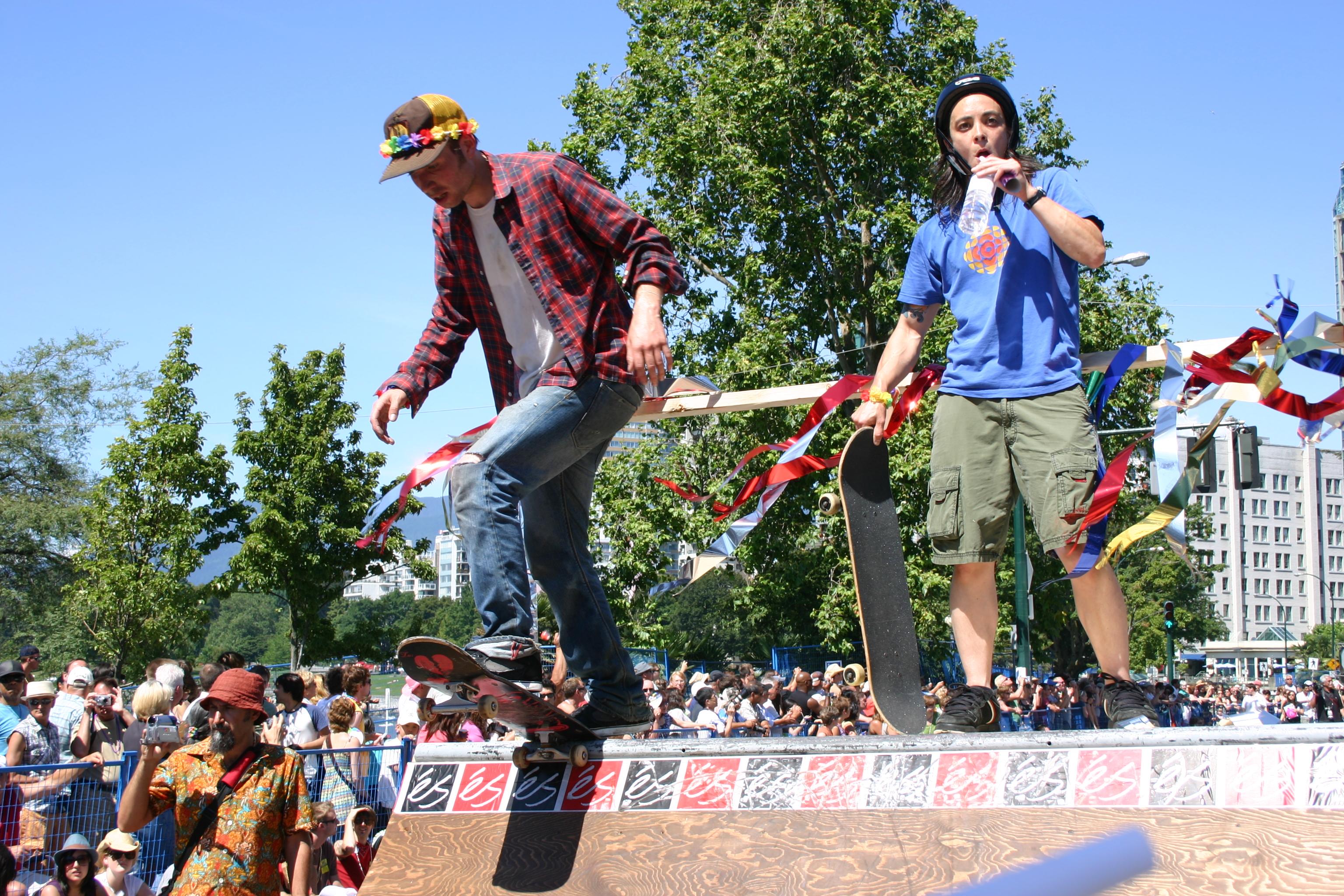 Skater auf einer Mini-Pipe, die beim Vancouver Pride auf einem Zugwagen aufgebaut worden ist