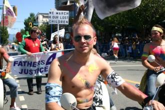 Kanada, Britisch Columbia (B.C.), Teilnehmer auf Motorrad beim Vancouver Pride