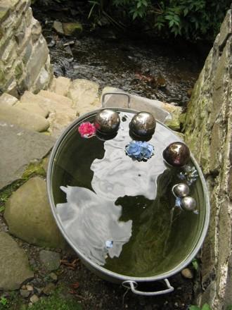 Der Lerbach im Dorf Lerbach fließt im garten der Löffelstil-Künstlerin