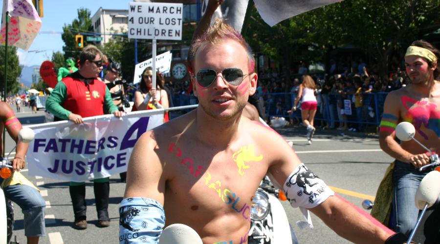 Vancouver Pride-Teilnehmer auf Motorrad