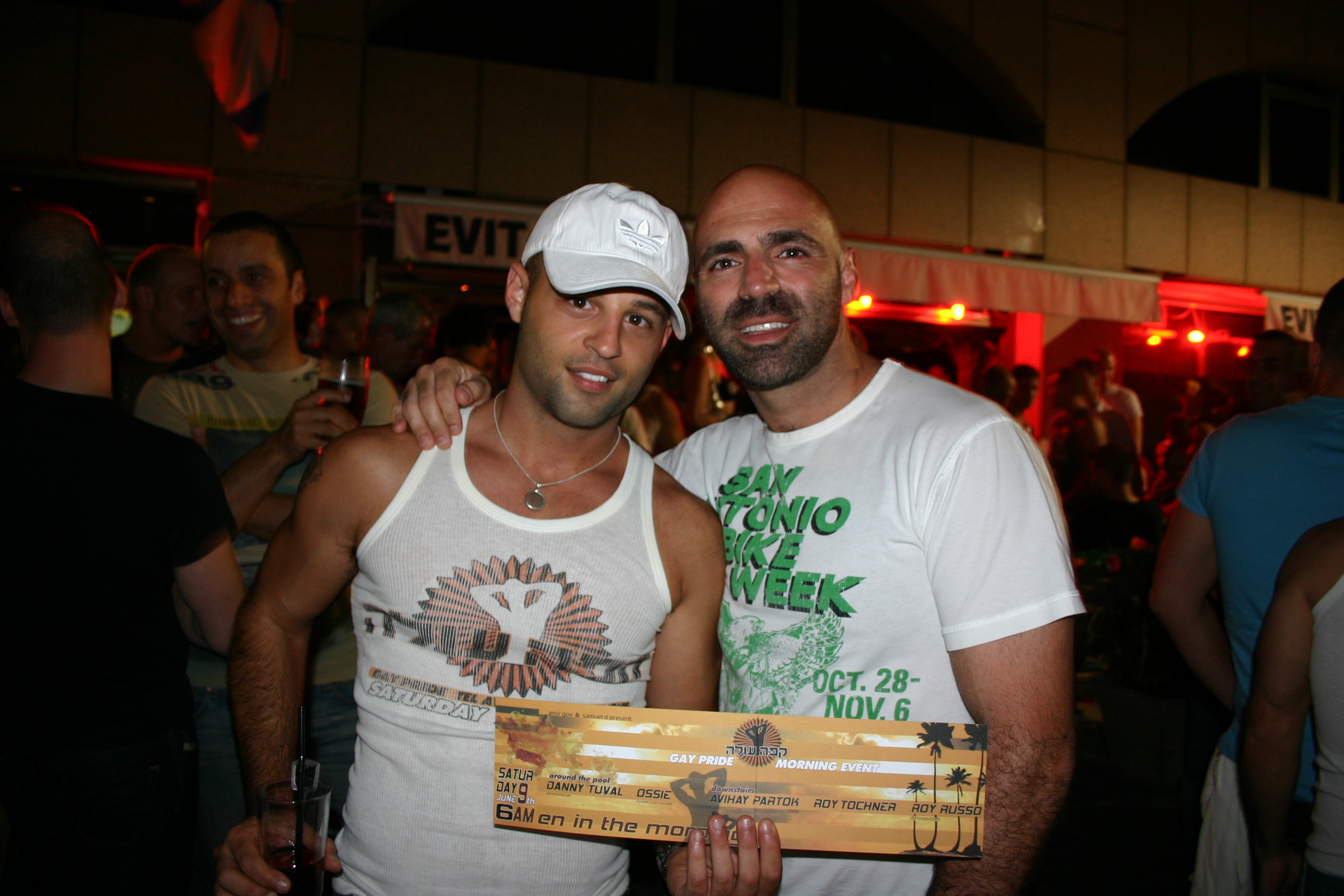 Gay Tel Aviv: Party-Flyer-Verteiler mit Kumpel vor der Evita Bar in Tel Aviv, Foto: Robert Niedermeier