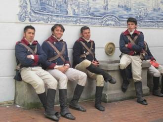 La Pola-Komparsen in Bogotà, Telenovela-Dreh in Kolumbien, Komparsen warten auf einer Bank vor dem Außenminsterium