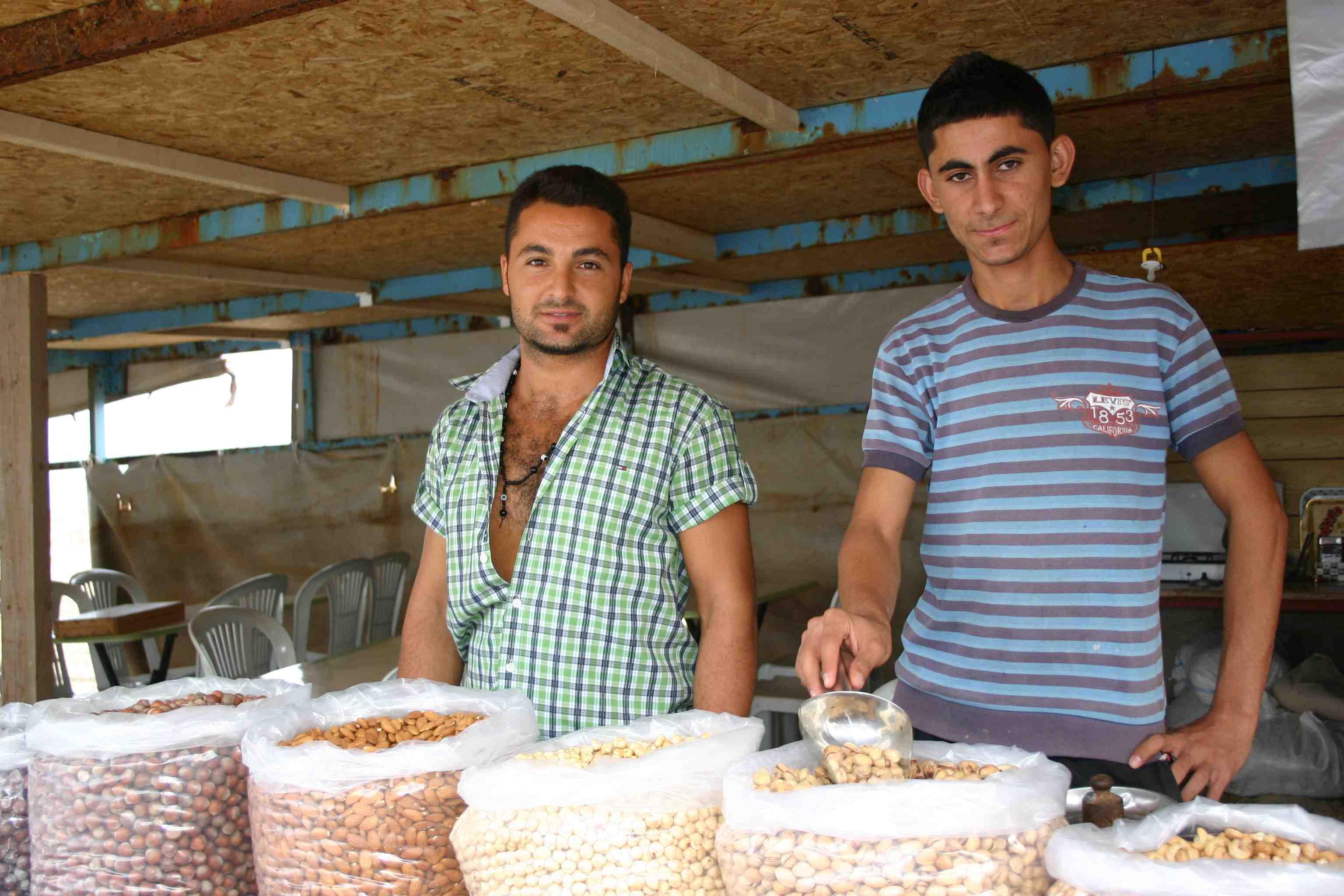 Murabeh (links im Bild) ist der Chef seines Tinnef-Lädchens beim Andreas-Kloster in Norz-Zypern Klosterstand