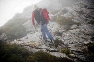 Prinzessin Astrid zu Stolberg-Wernigerode im Nebel auf dem Berg L'Ofre im Tramuntana-Geburge beim Cuber-Stausee auf Mallorca, Balearen, Spanien, Foto: Dennis Yenmez