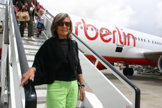 Claudia Rößler verlässt am Flughafen von Palma den Air Berlin-Flieger