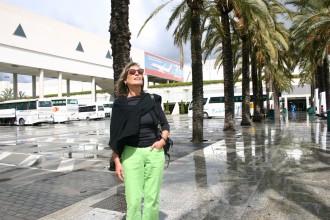 Längjährige Flugbegleiterin von Air Berlin lehnt sich in der Sonne an eine Palme: Claudia Rößler