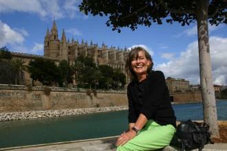 Air Berlin-Mitarbeiterin Claudia Rößler posiert vor Kathedrale von Palma (Mallorca)