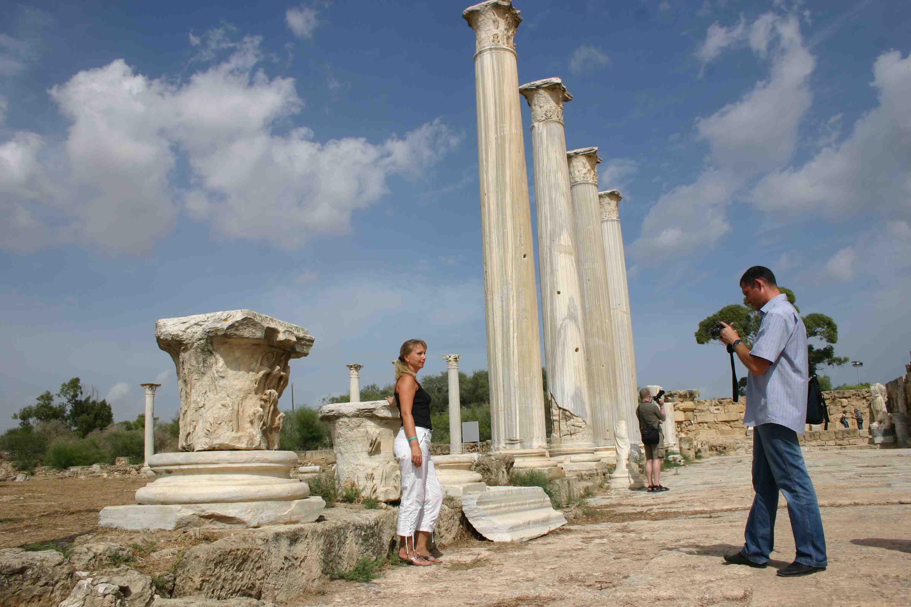 auf Nord-Zypern: Heterosexuelle Touristen bewegen sich frei und unverkrampft ;-) Säulen der antiken Stätten von Salamis auf Nord-Zypern