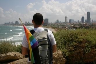 Gay Aktivist 2008 in Jaffa mit Blick auf auf die Skyline von Tel Aviv mit Strand, Foto: Robert Niedermeier