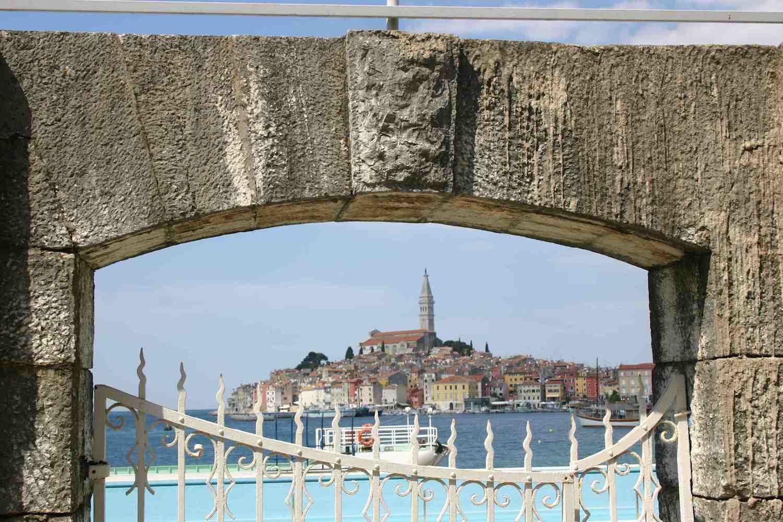 Rovigno Blick durch Steinbogen am Jachthafen