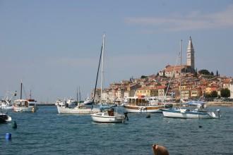 Segelboote vor der Altstadt von Rovinj, italienisch: Rovigno, Kroatien, Istrien, Adria