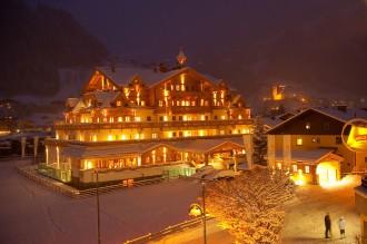 Grossarler Hof im Winter mit verspielter Fassade aus regionalen Hölzern