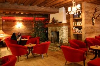 Die Lounge im Grossarler Hof: Rote Polsermöbel und schickes Design mit duftendem Holz