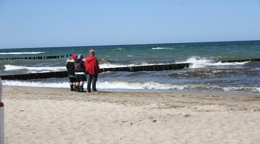 Und wer sich das Hotel nicht leisten mag, ergötzt sich schlicht am Rauschen der Ostsee