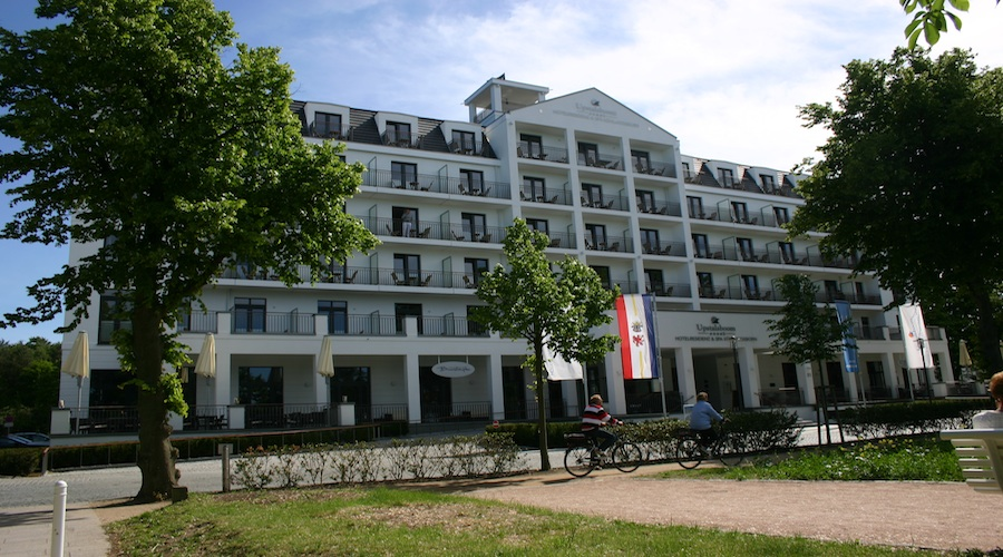 Das Vier-Sterne-Plus-Hotel im Ostseebadeort Kühlungsborn hätte keinen schöneren Standort wählen können. Kaiserlich klassische Bäderarchitektur bestimmt die komplette Anlage, des erst im Frühling 2011 fertig gestellten Neubaus.