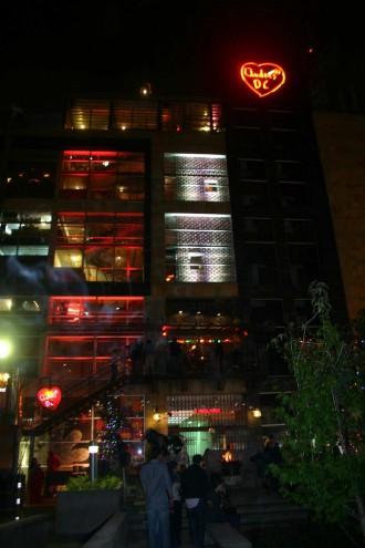 Draußen vor dem mehrstöckigen Bachsteingebäude, das die Nachtleben-Institution Andrés D.C. beheimatet, zu dem auch das Inferno gehört,