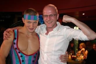 Muskulöser Russe aus dem Artisten-Team nimmt Autor Rober Niedermeier auf dem Arm
