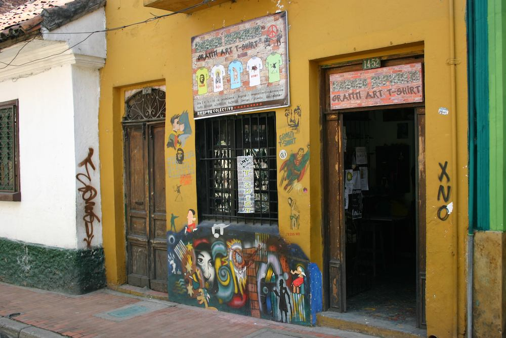 Batman küsst Robin auf einem Graffiti auf der entlang der Avenida Jiménez de Quesada