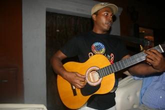 Ein echter Costero aus Cartagena, wie dieser Straßenmusiker, lästert ironisch über die Cachacos
