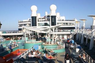 Deck der Norwegian Epic mit Blick auf den Aquaparc
