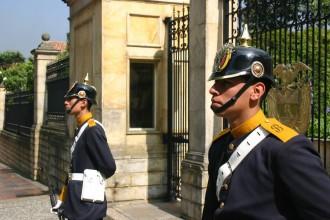 Echte Uniformen tragen diese Soldaten der Präsidenten-Garde vor dem Präsidenten-Palast in Bogotás Altstadt