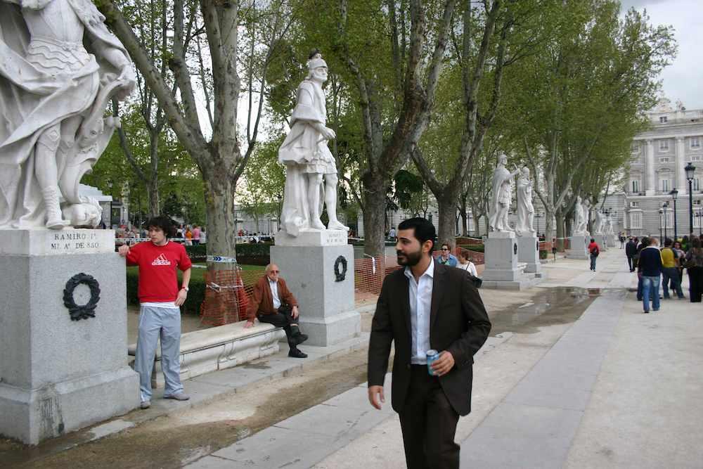 Attraktiver Mann am berühmten Gebäude Palacio Real, Madrid
