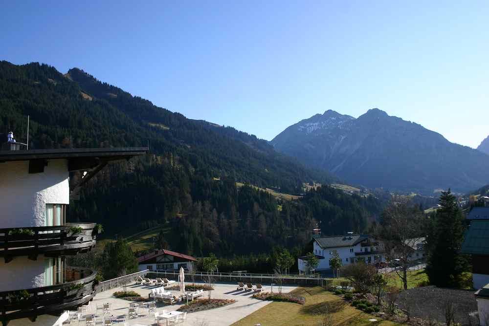 Blick vom Ifen Hotel der Travel Charme-Gruppe auf den Widderstein in Vorarlberg im Kleinwalsertal bei Obersdorf