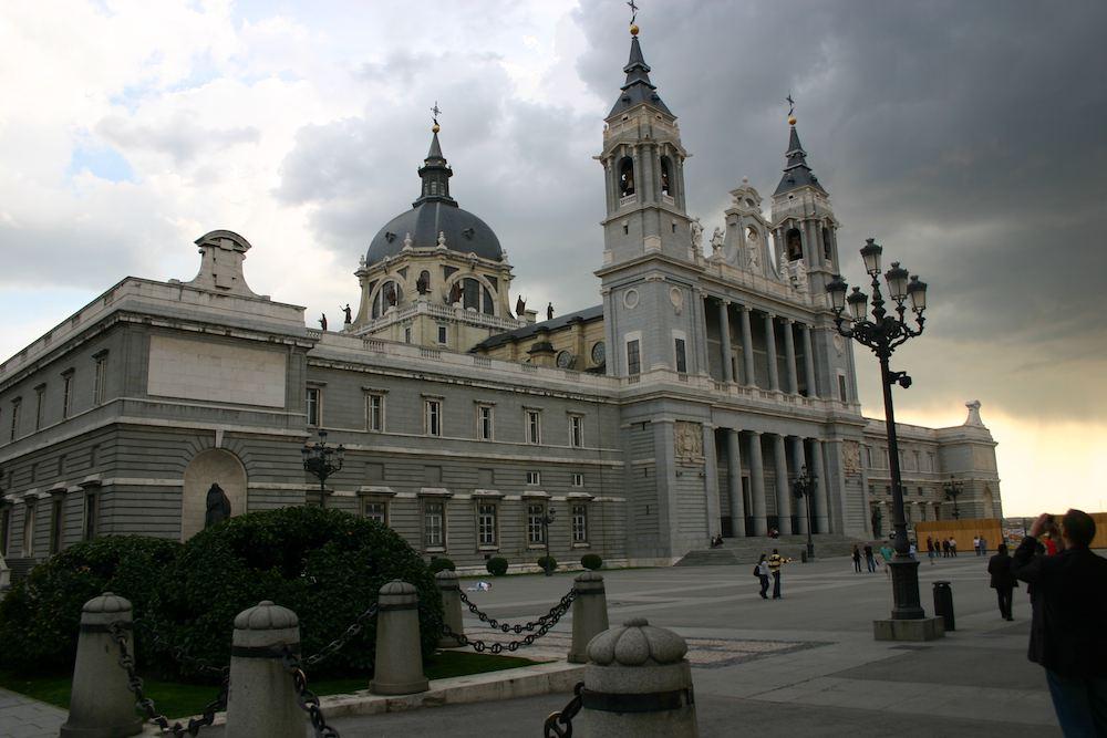 Die katholische Kathedrale Santa María la Real de La Almudena in Madrid