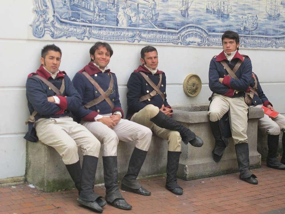 La Pola Komparsen in der Sonne am Außenministerium in Bogotá