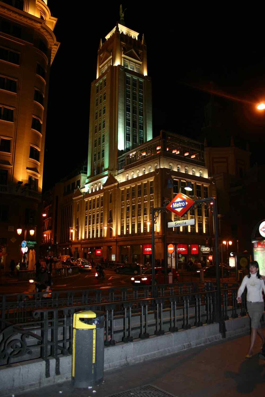 Metrostation Sevilla im Zentrum an der Calle de Alcalá unweit des Hotels Urban in Madrid, Spanien