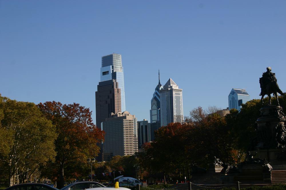 Blick auf die Skyline von Philadelphia vom Kunst-Museum bei den Rocky Steps aus betrachtet