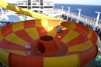 Epic Plunge - Die Riesenrutsche im Aquaparc auf der Norwegian Epic erfreut natürlich auch schwule Solo-Cruiser