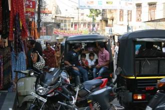 Udaipur Alltags-Verkehr und Touristen vor dem Stadtpalast