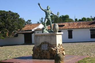 Helden-Statue in Villa de Leyva stellt Nationalhelden Antonio Ricaurte dar
